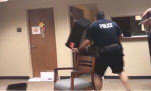 Serpente fa paura più di un criminale: ecco cosa accade nella stazione di polizia