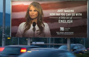 """Melania Trump """"testimonial"""" dei corsi di lingua: """"Guarda dove si arriva con un po' di inglese"""""""