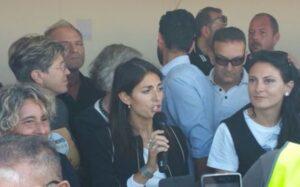 Italia 5 stelle, arriva Virginia Raggi. Insulti e spintoni ai giornalisti