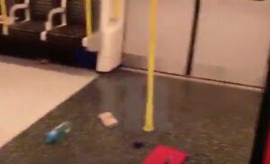 YOUTUBE Londra, batteria a fuoco in metropolitana: paura attentato