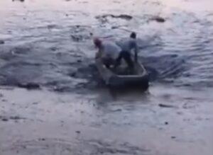 YOUTUBE Si apre una voragine nel lago: due pescatori quasi inghiottiti