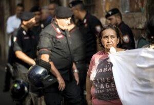 """Sgomberi, tensione durante corteo a Roma. Manifestanti: """"Forze dell'ordine ci hanno picchiati"""""""