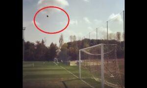 Alessandro Diamanti e il gol impossibile: tiro d'esterno da dietro la porta VIDEO