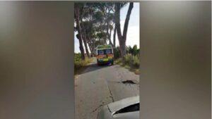 Ostia (Roma), ambulanza costretta a viaggiare a 30 km/h: la strada è troppo dissestata