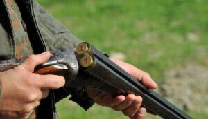 Malga Calvera (Trento), cacciatori si mostrano i fucili, parte un colpo: un morto