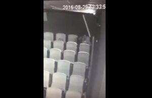 Ragazza pratica fellatio al suo compagno nella sala di un cinema VIDEO