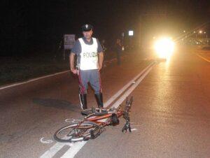Ferrara, travolto in bici mentre attraversa la strada: muore a 24 anni
