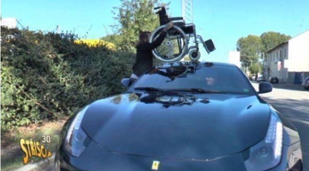 """Ferrari sul posto disabili a Milano, sedia a rotelle """"parcheggiata"""" sul bolide FOTO"""