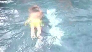 Grande Fratello Vip, Ignazio Moser perde il costume in piscina VIDEO