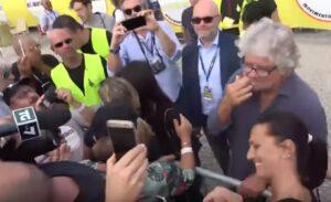 """Grillo regala banconote false ai giornalisti: """"1000 euro al Tg3, 3mila euro a La7..."""""""