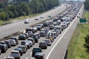 Incidente in autostrada A14, scontro tra autocarro e tir pieno di tombini: disagi e traffico in tilt