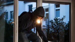 Vicenza, sorprende ladro in casa di notte e lo colpisce, ma viene picchiato