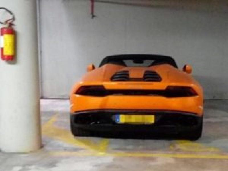 Porto Cervo, parcheggia la Lamborghini da 200mila euro sul posto disabili
