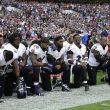 YOUTUBE Giocatori di football contro Trump, tutti inginocchiati durante inno americano 013