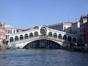 """Venezia, ladro di 12 anni scoperto minaccia: """"Vecchio, te la facciamo pagare"""""""