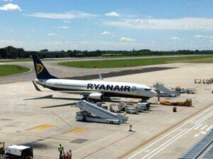 Ryanair cancella 2mila voli a ottobre: cosa succede a chi ha già prenotato