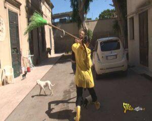 Striscia la Notizia, Stefania Petyx aggredita con scopa e secchiate a Palermo