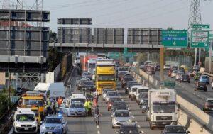 Torino, scontro tra auto in tangenziale: strada bloccata e paura per cisterna piena di gas