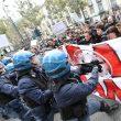 G7 Torino, manifestanti lanciano fumogeni e petardi: polizia carica06
