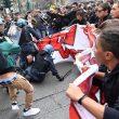 G7 Torino, manifestanti lanciano fumogeni e petardi: polizia carica07