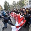 G7 Torino, manifestanti lanciano fumogeni e petardi: polizia carica08