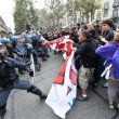 G7 Torino, manifestanti lanciano fumogeni e petardi: polizia carica09