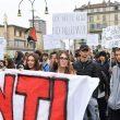 G7 Torino, manifestanti lanciano fumogeni e petardi: polizia carica15