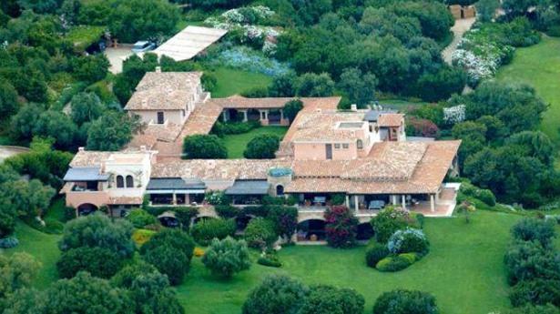 Berlusconi espande i suoi domini sardi: altre due ville accanto a Villa Certosa, nuova piscina e permessi no-problem...