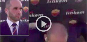 Video, Marco Paonessa: il giornalista in attesa del collegamento travolto dallo sfondo