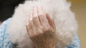 Anziana cieca e affetta da demenza, insultata e maltrattata in casa di cura: neanche un giorno di galera