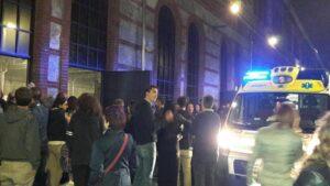 Torino, Concerto Elisa interrotto: qualcuno spruzza spray peperoncino, tutti fuori. Caccia allo scippatore