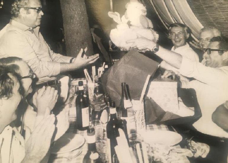 Nella foto Giovanni Giovannini (a sin. in piedi) nel 1974, festeggia Alberto Vitale in partenza per New York, come direttore amministrativo della Bantam Books.