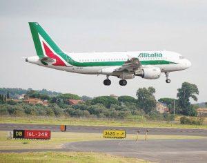 Roma, atterraggio d'emergenza per il volo Alitalia Milano-Lamezia: malore a bordo