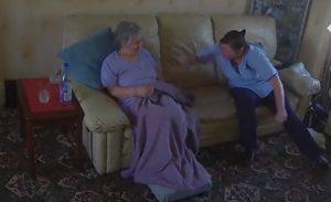 YOUTUBE Badante picchia anziana: la figlia la vede in diretta video e la caccia