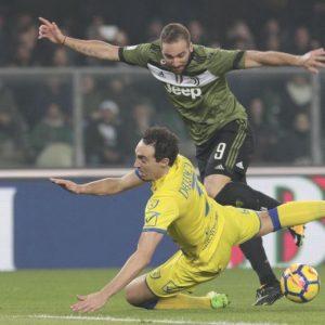 Chievo-Juventus 0-2 highlights, pagelle: Khedira-Higuain video gol. Bastien-Cacciatore espulsi