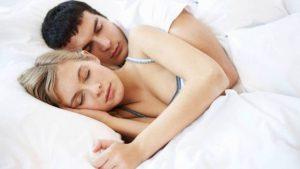 La posizione in cui dorme una coppia la dice lunga sullo stato della relazione