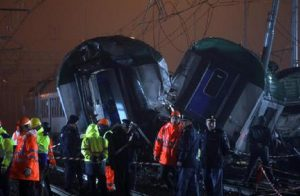 Operai al lavoro sul luogo dell'incidente ferroviario (foto Ansa)