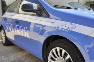 Roma, aggredisce poliziotto con roncola: agente spara e lo ferisce