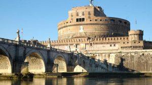 Un turista brasiliano è precipitato schiantandosi sulla banchina del Tevere a Roma