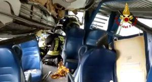Milano, deraglia treno Pioltello Segrate: vigili del fuoco nel vagone