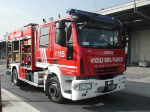 Roma, incendio a Pietralata: rogo in un capannone, fumo in tutto il quartiere