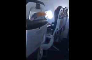 Si tocca in volo: passeggero lo riprende e poi lo deride