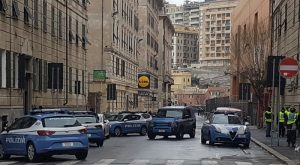 Genova, armato di pistola vicino allo stadio Ferrarsi: è caccia all'uomo