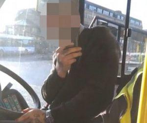 Passeggero ha le stampelle: autista si rifiuta di avvicinare bus a marciapiede