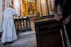 Don Mario Martorina, prete di Modica, butta le offerte in centesimi sul sagrato