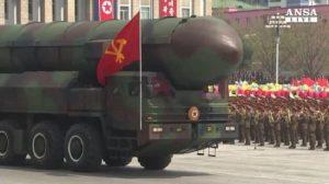 Corea del Nord: Kim Jong-un alla parata fa sfilare il missile Hwasong-15