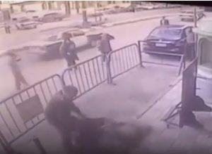 Egitto, bambino cade dalla finestra: poliziotto lo salva così