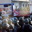 Sassi e bombe carta dagli antifascisti alle forze dell'ordine a Torino