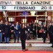 Laura Pausini, colpo di teatro a Sanremo: esce dall'Ariston e canta tra i fan 02