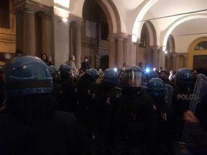 Macerata, tensioni al corteo di Forza Nuova: scontri e cariche della polizia